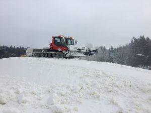 Hromady sněhu na sjezdovkách